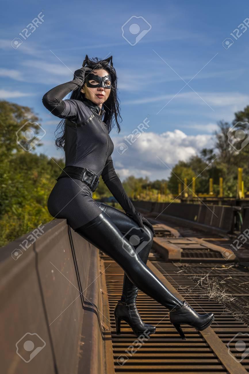 frau im catwoman kostum auf eisenbahnwaggon standard bild 87916044