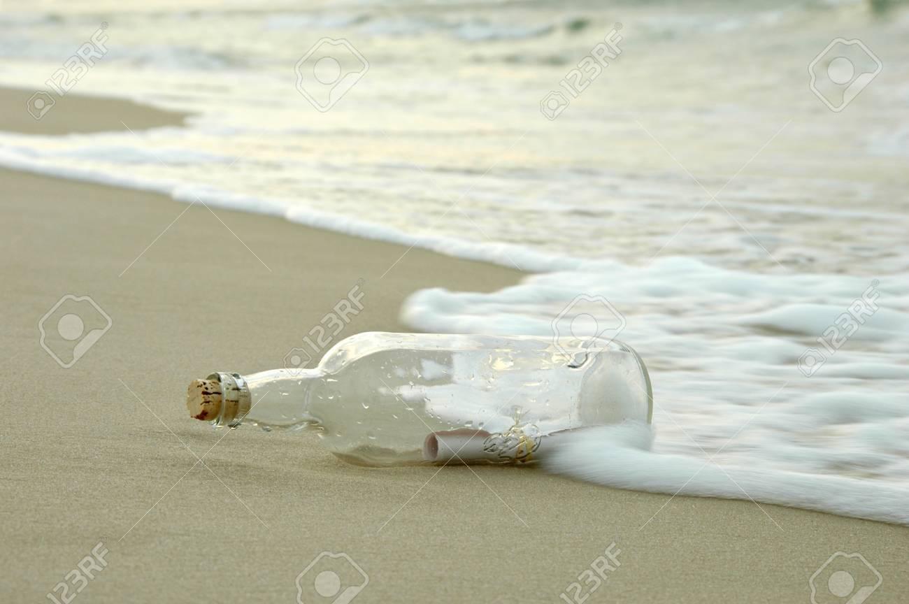 authentic latest fashion sells Mensaje en una botella de ser golpeado por las olas en una lejana tierra