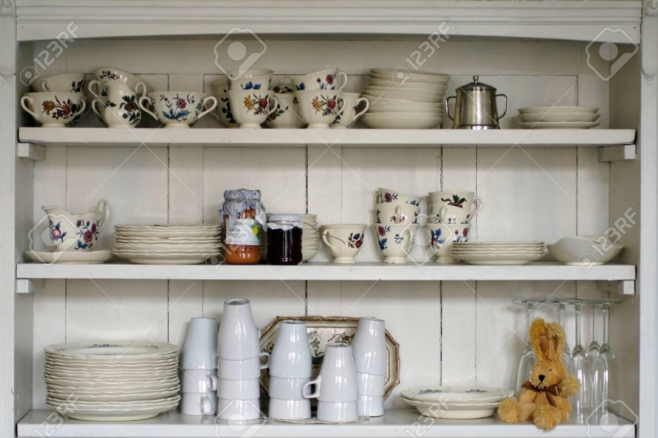 Die Fotografie Einer Alten Kuchenregal Mit Tassen Und Tellern