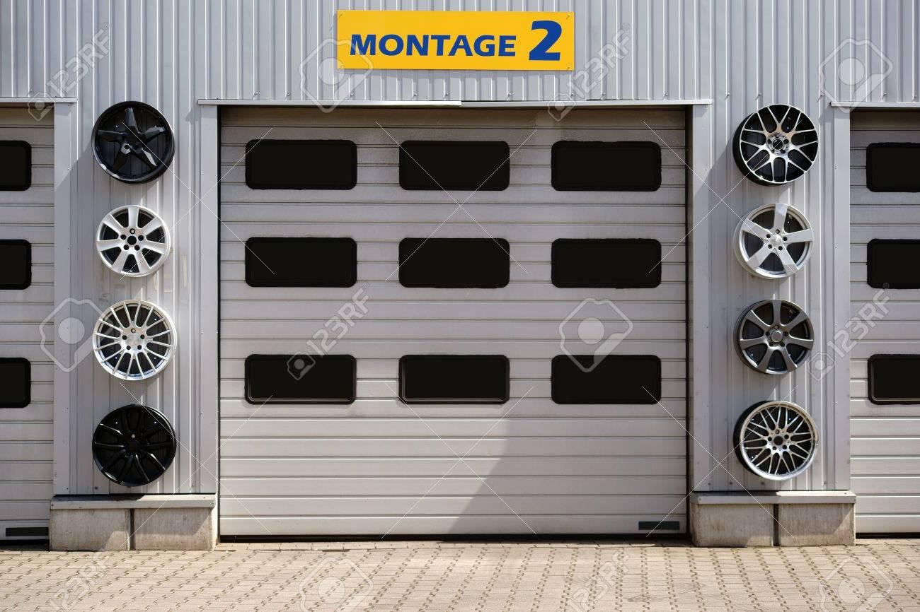 Hay Un Garaje Con Varios Garajes Y Llantas Deportivas Para La