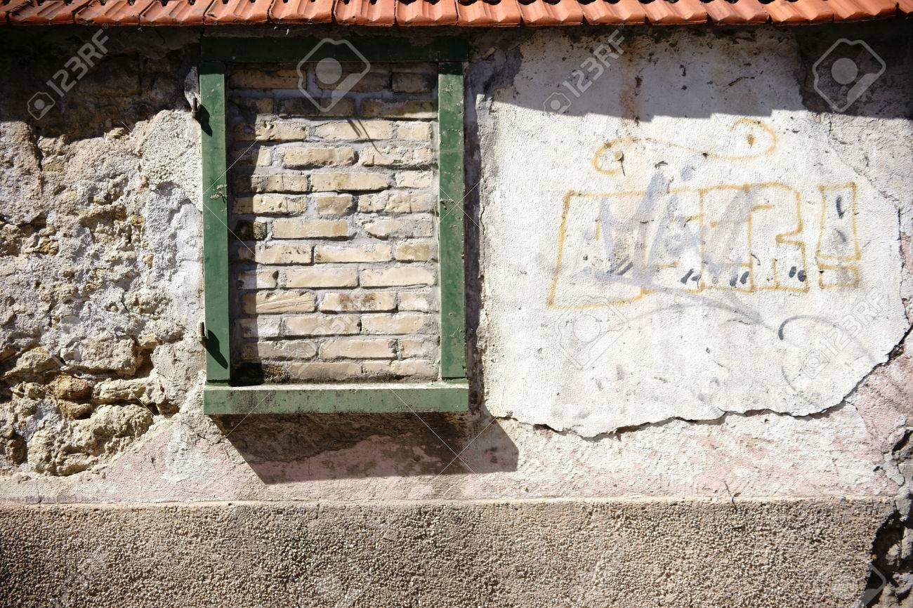 Una Pared Rústica De Piedras Escalonadas Y Rotas Con Tejas Y Un ...