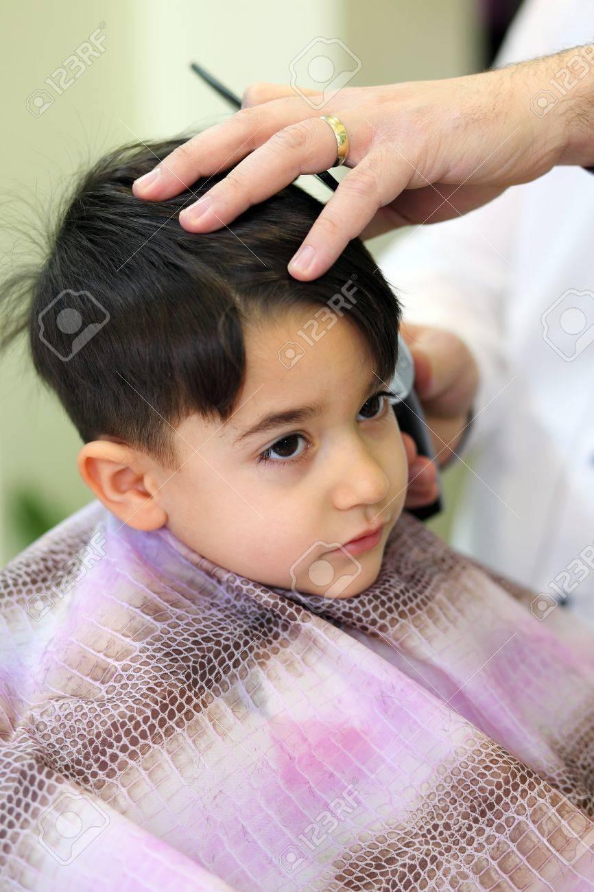 Un Bel Enfant Dans Le Salon De Coiffure Couper Ses Cheveux Banque ...