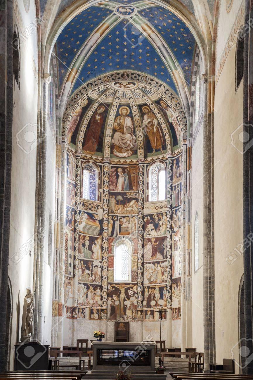 Die Basilika Im Romanischen Stil, Ist Aus Grauem Stein Moltrasio Das ...