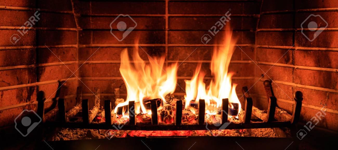 Schließen Sie Oben Vom Brennenden Kamin Zu Hause Lizenzfreie Fotos ...