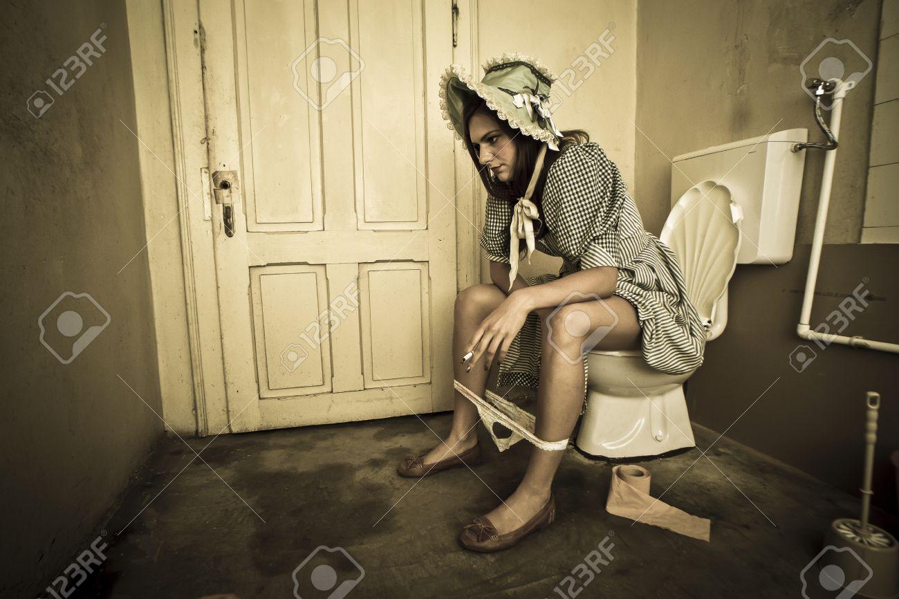 Mädchen Im Retro Landschaft Kostüm Sitze Auf Der Toilette Und