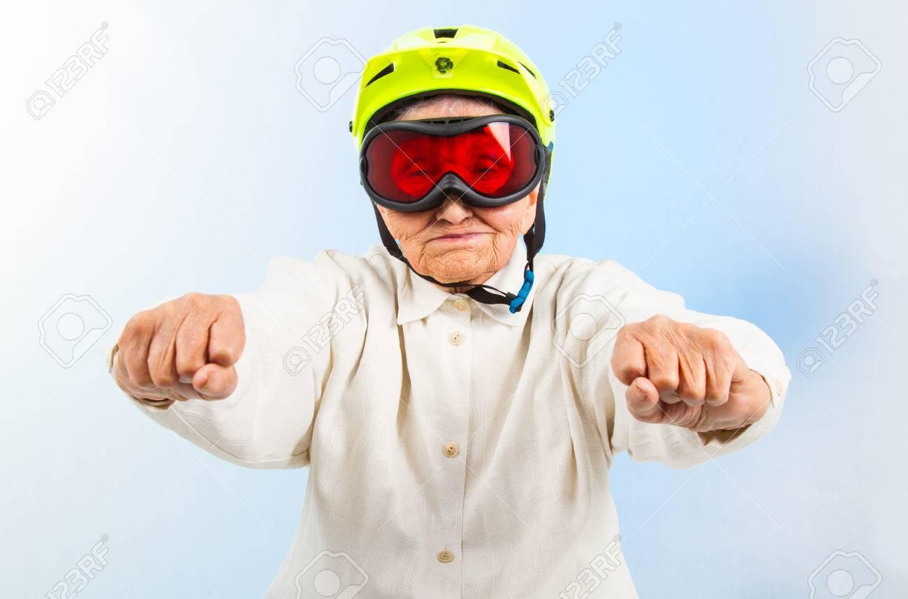 1684aaa761 Banque d'images - Grand-mère drôle de porter un casque de vélo jaune et lunettes  de ski
