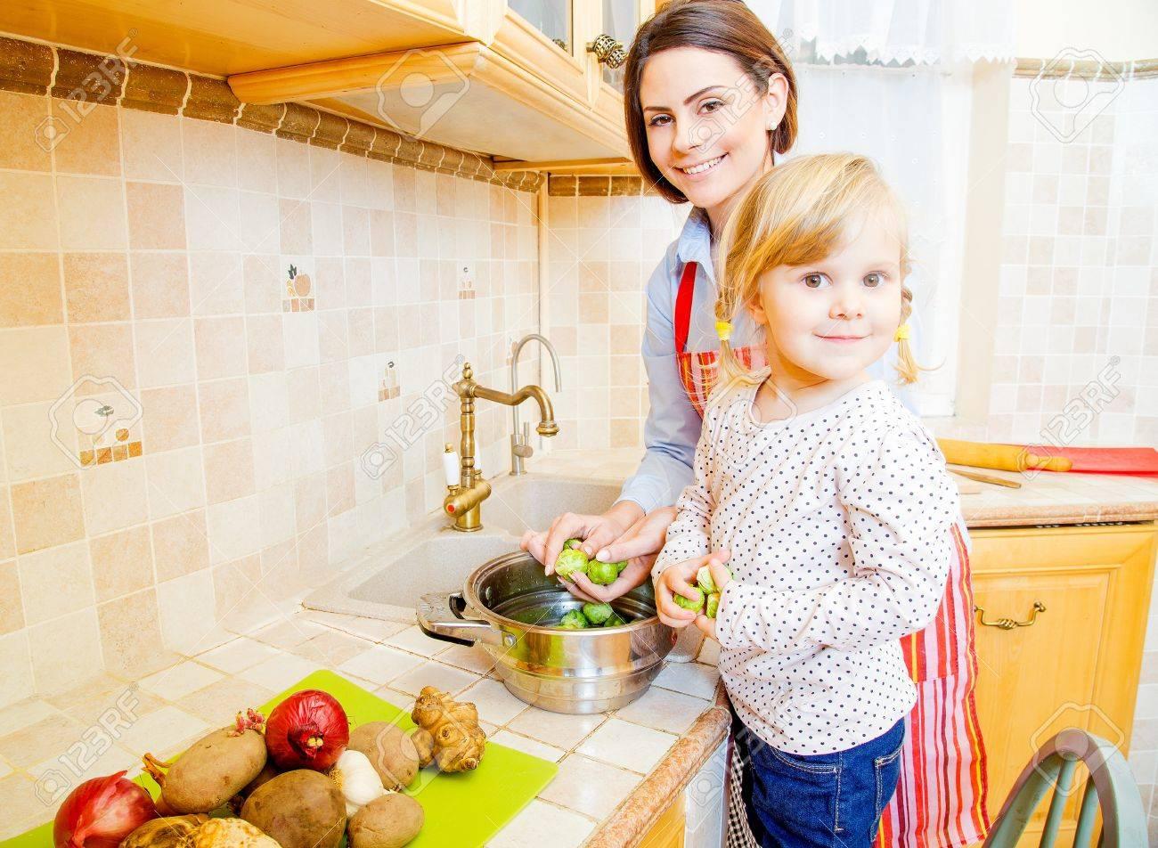 Señoras Bonitas En La Cocina Cocinar Juntos Fotos Retratos