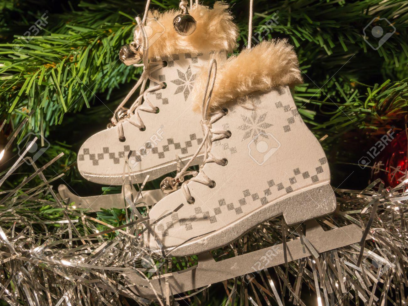Banque d\u0027images , Blanc du patin à glace sur Décoration de Noël arbre de  Noël vert