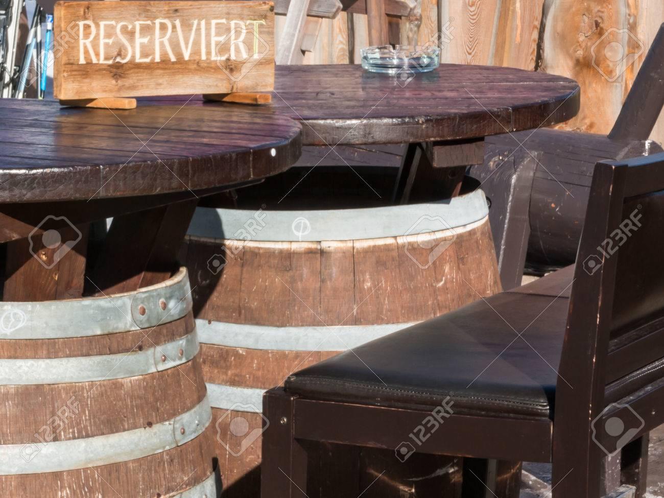 Table Baril réservé baril table en forme de chalet de montagne banque d'images