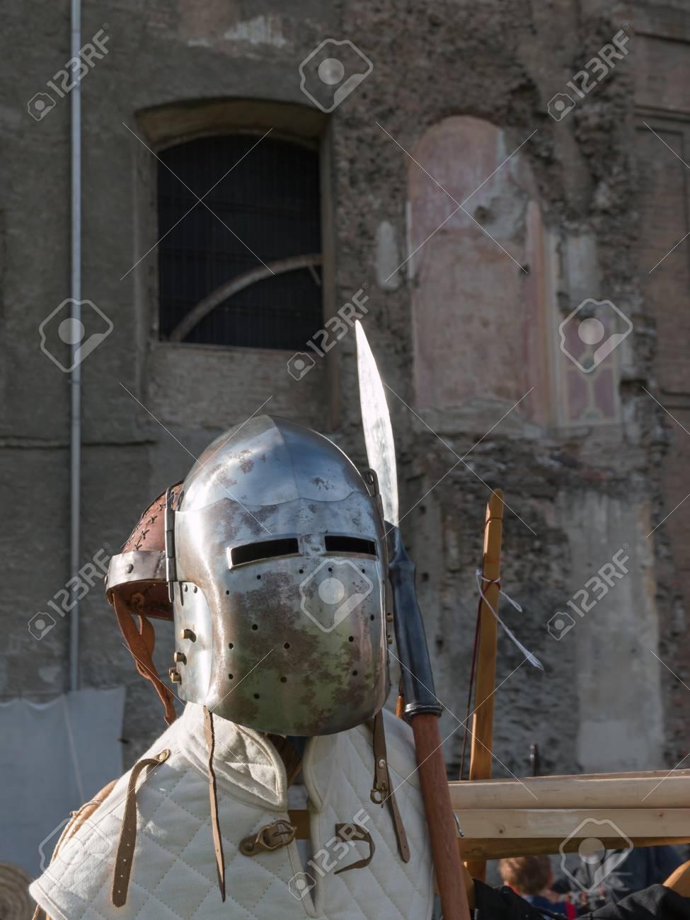 中世の鉄ヘルメットとポールウェ...