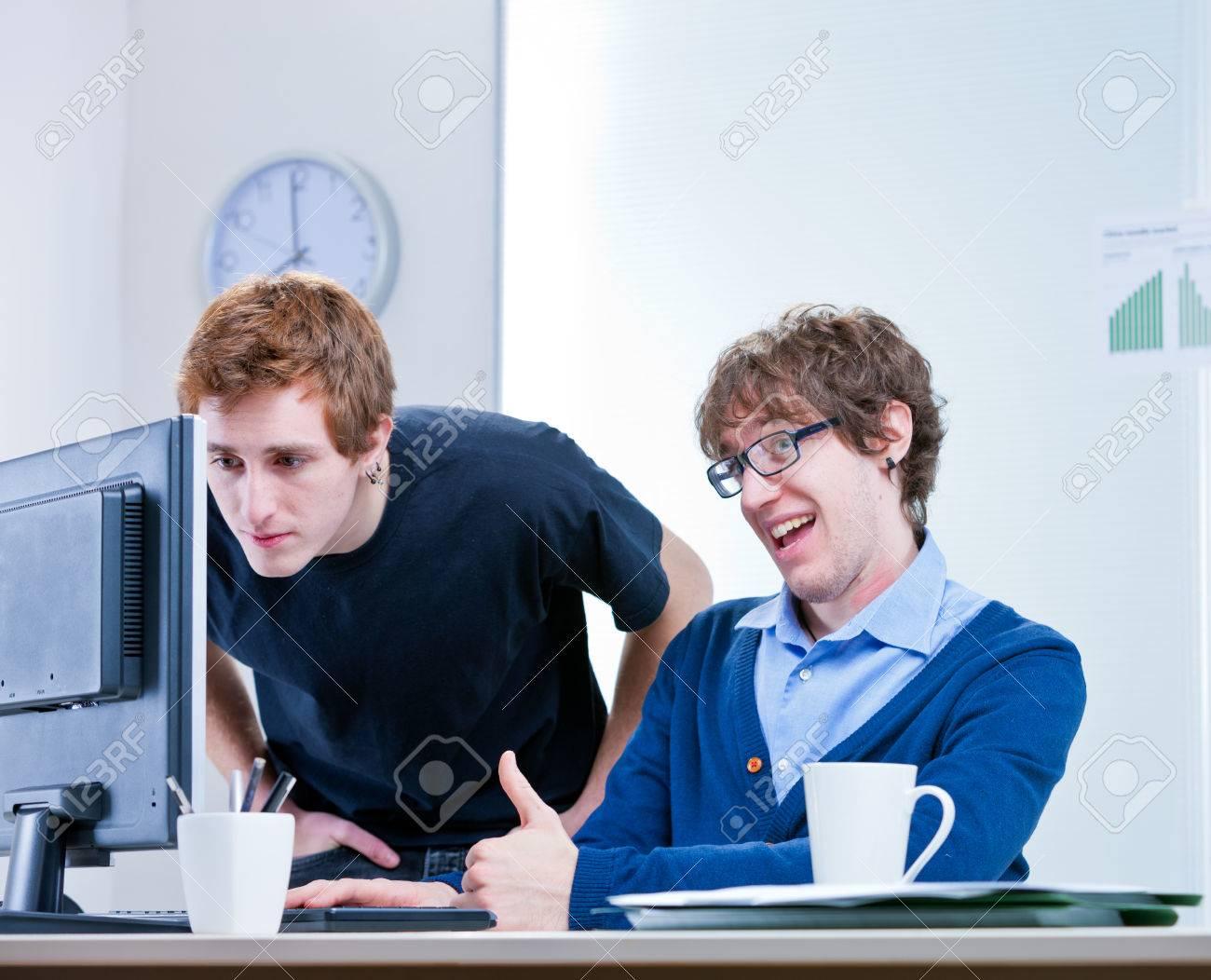Un couple de jeunes employés dans un bureau à travailler ensemble