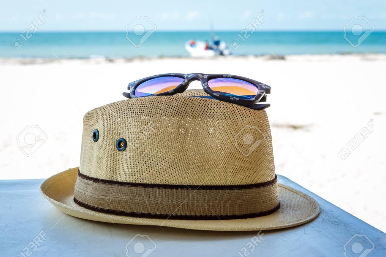 3444031844 Foto de archivo - Gafas de sol y sombrero de Panamá en la playa, Celestún,  Yucatán, México
