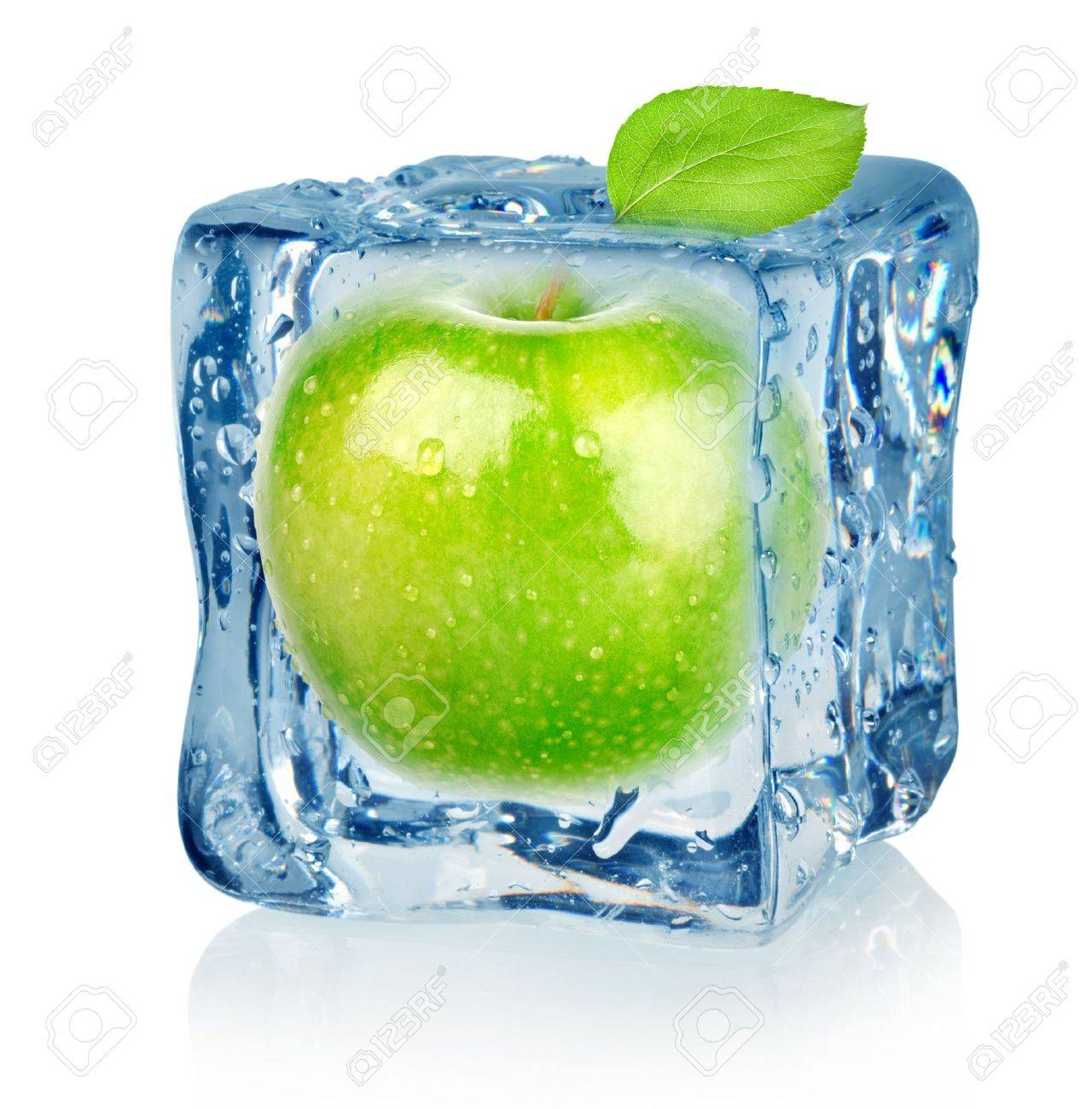 Ice cube and apple Stock Photo - 16347417
