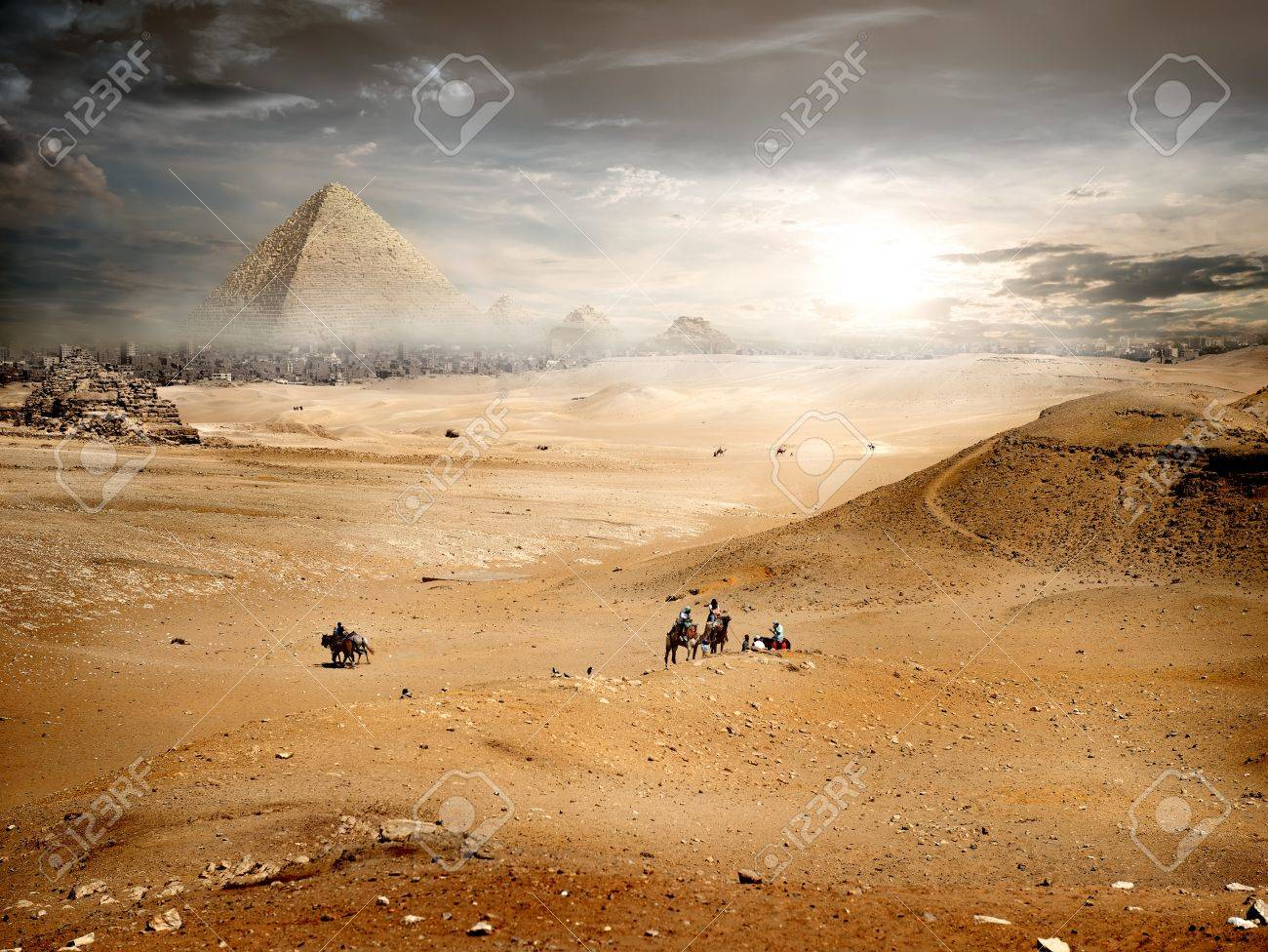Brouillard et les nuages ??d'orage sur la pyramide dans le désert Banque d'images - 47930675