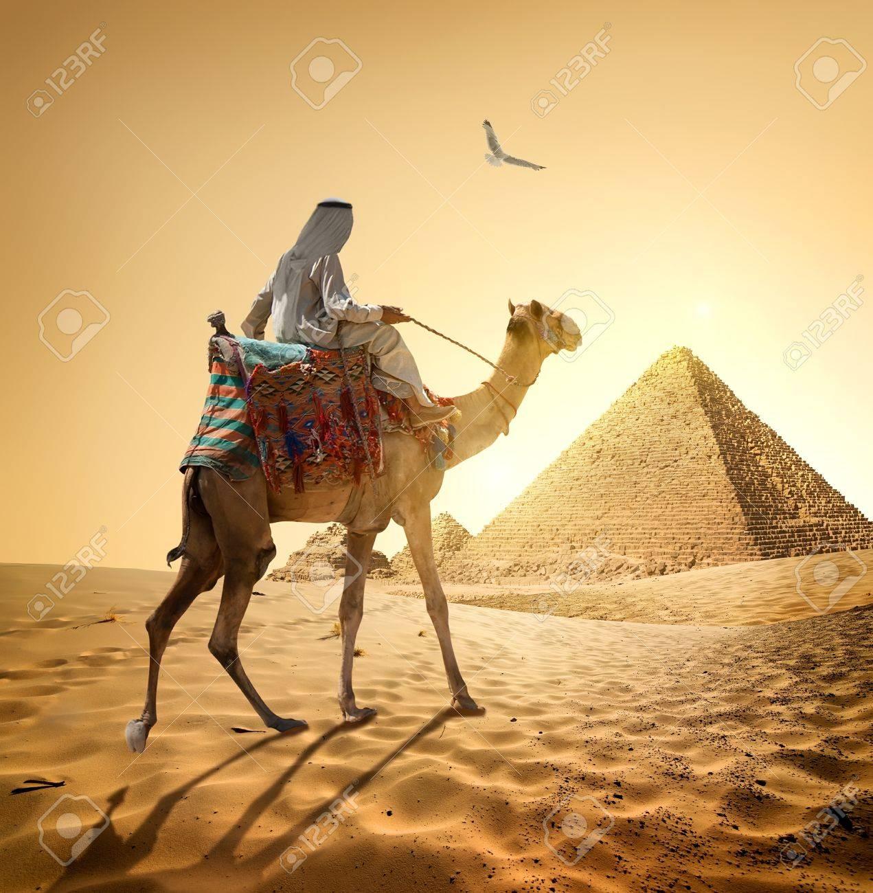 bilderfelix/® Bild auf Leinwand Beduine auf Kamel nahe Pyramiden und Ankh in der W/üste Wandbild Poster Leinwandbild UGP
