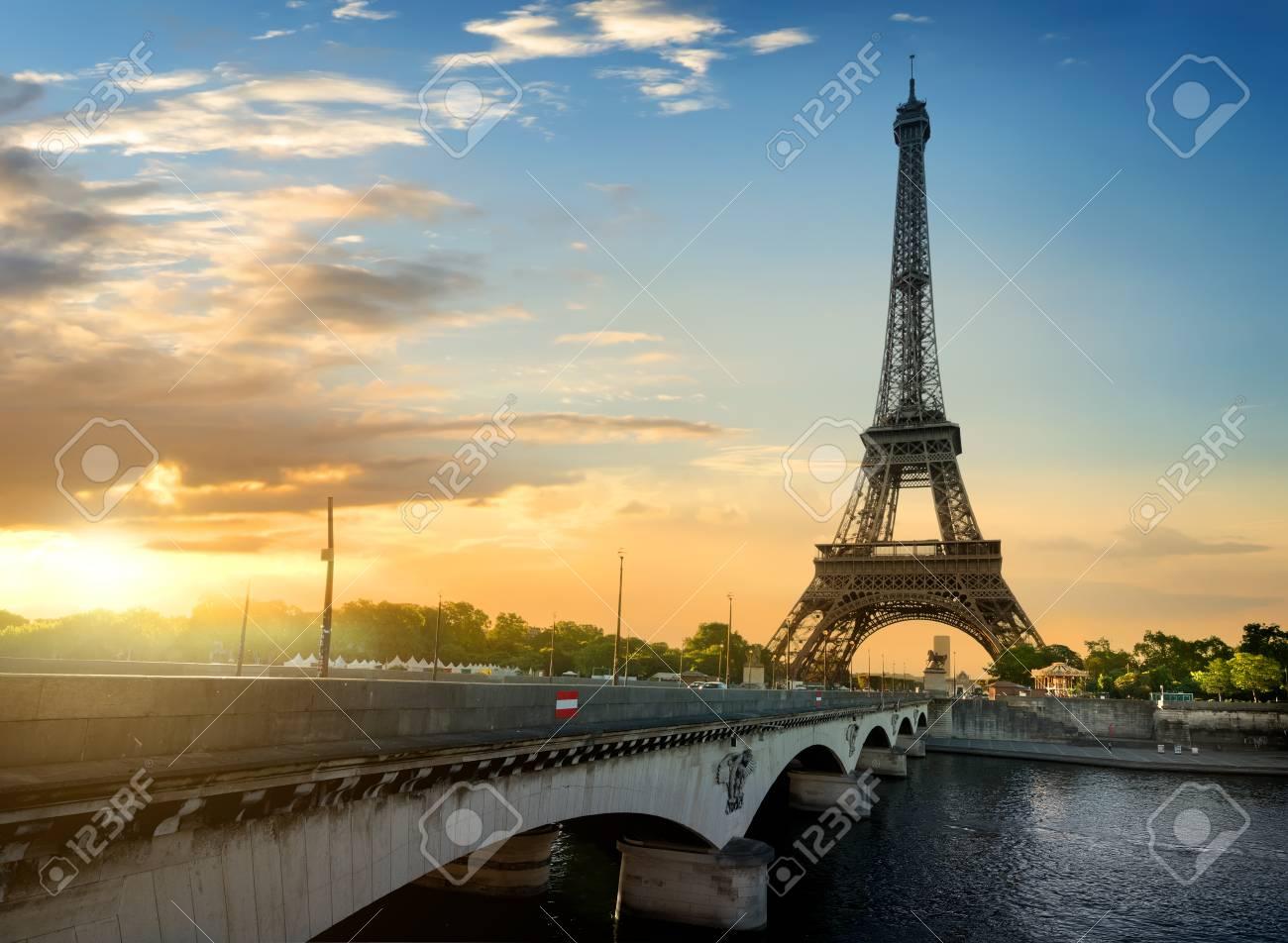 ff60a7fee12bae Banque d images - Paris, la belle vue de la Tour Eiffel sur une journée  d été