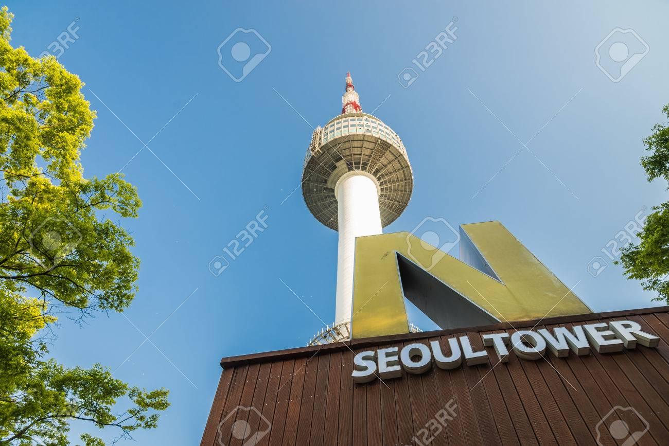 Tour N de Séoul avec ciel bleu Banque d'images - 43259897