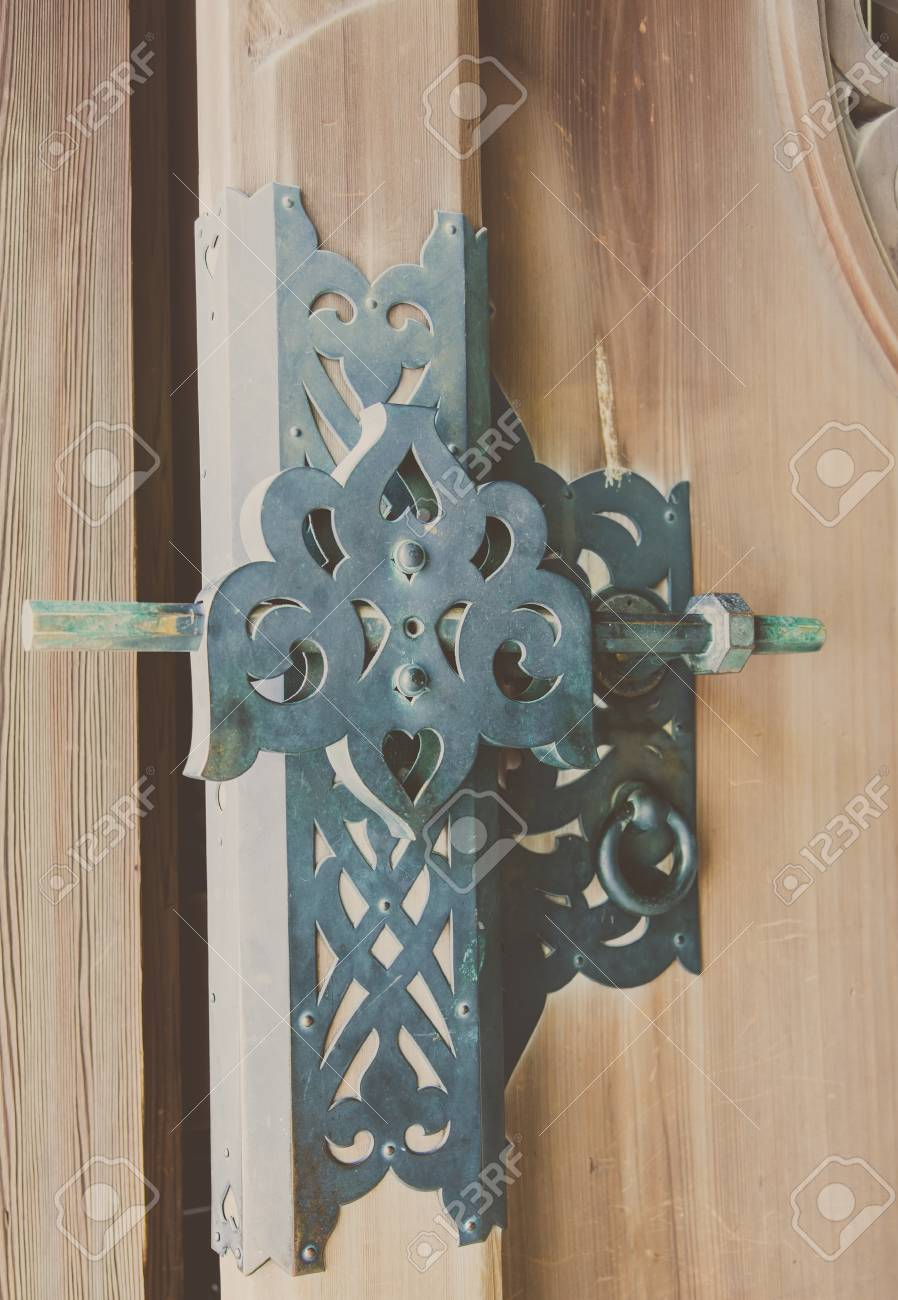 Puerta De Madera Vieja Decorar Con Manijas De Bronce En El Templo Japonés Con Enfoque Selectivo