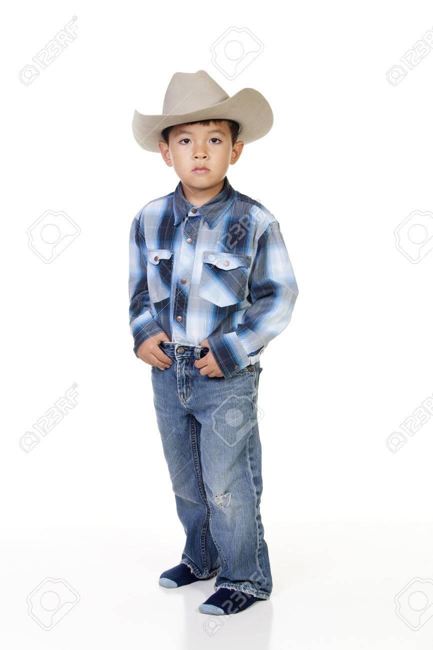 91830e560c4fd Foto de archivo - Un niño juega se visten con traje de vaquero.