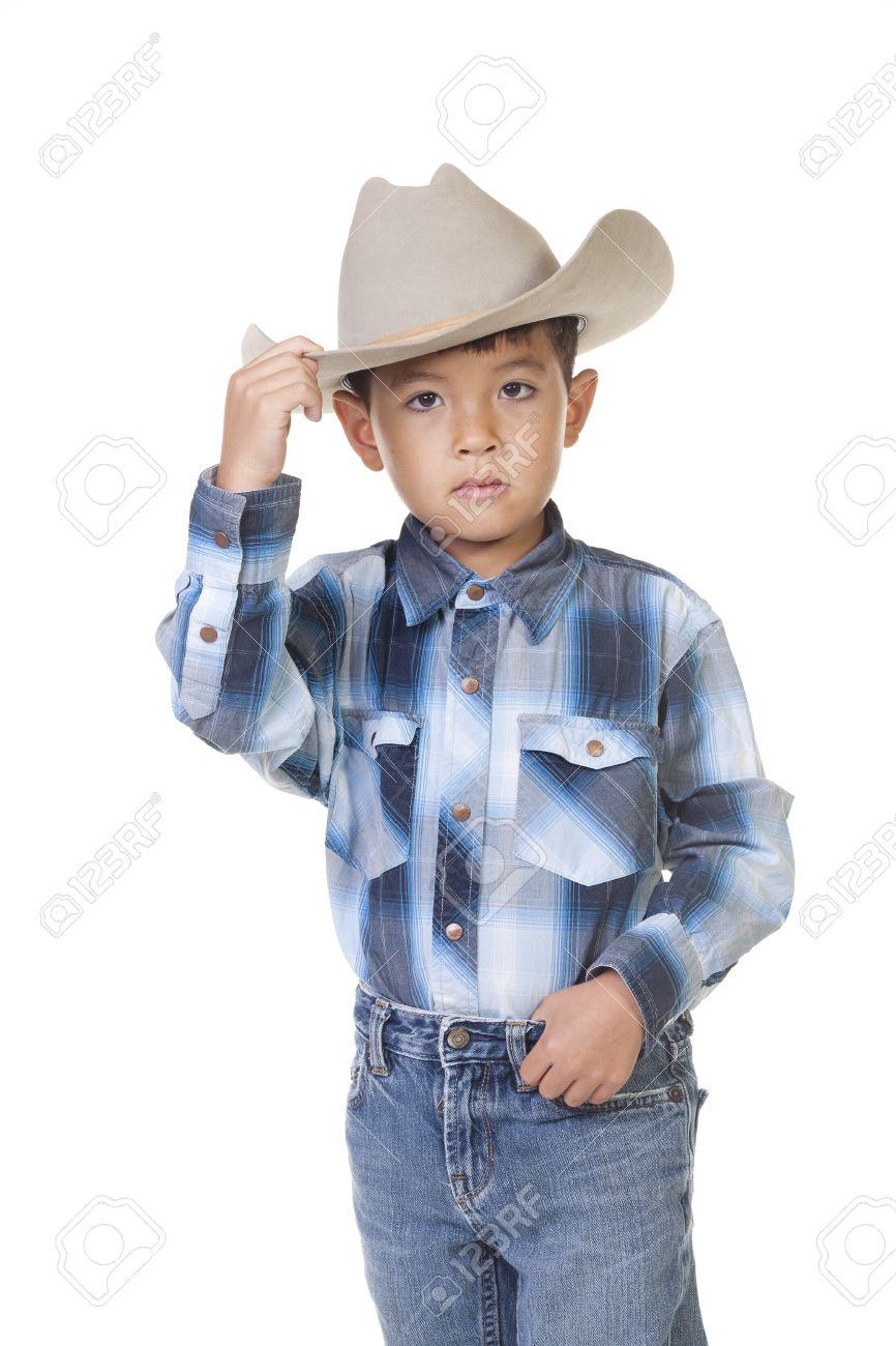 c265a8a0cfa1e Foto de archivo - Un niño pequeño en traje de vaquero muestra su mejor  punta de la gorra.