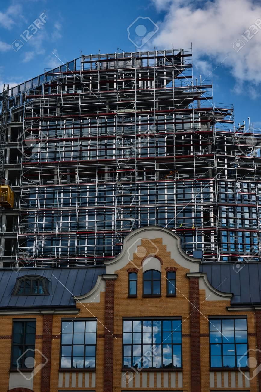 La Vieille Impression Et La Structure Metallique D Un Gratte Ciel En Construction A Poznan En Pologne