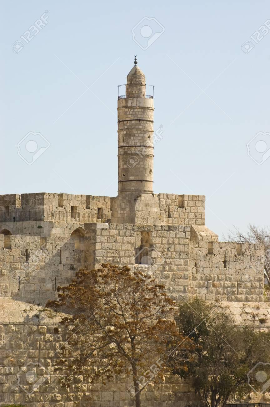 Los antiguos muros que rodean la ciudad antigua de Jerusalén. Foto de archivo - 3864238