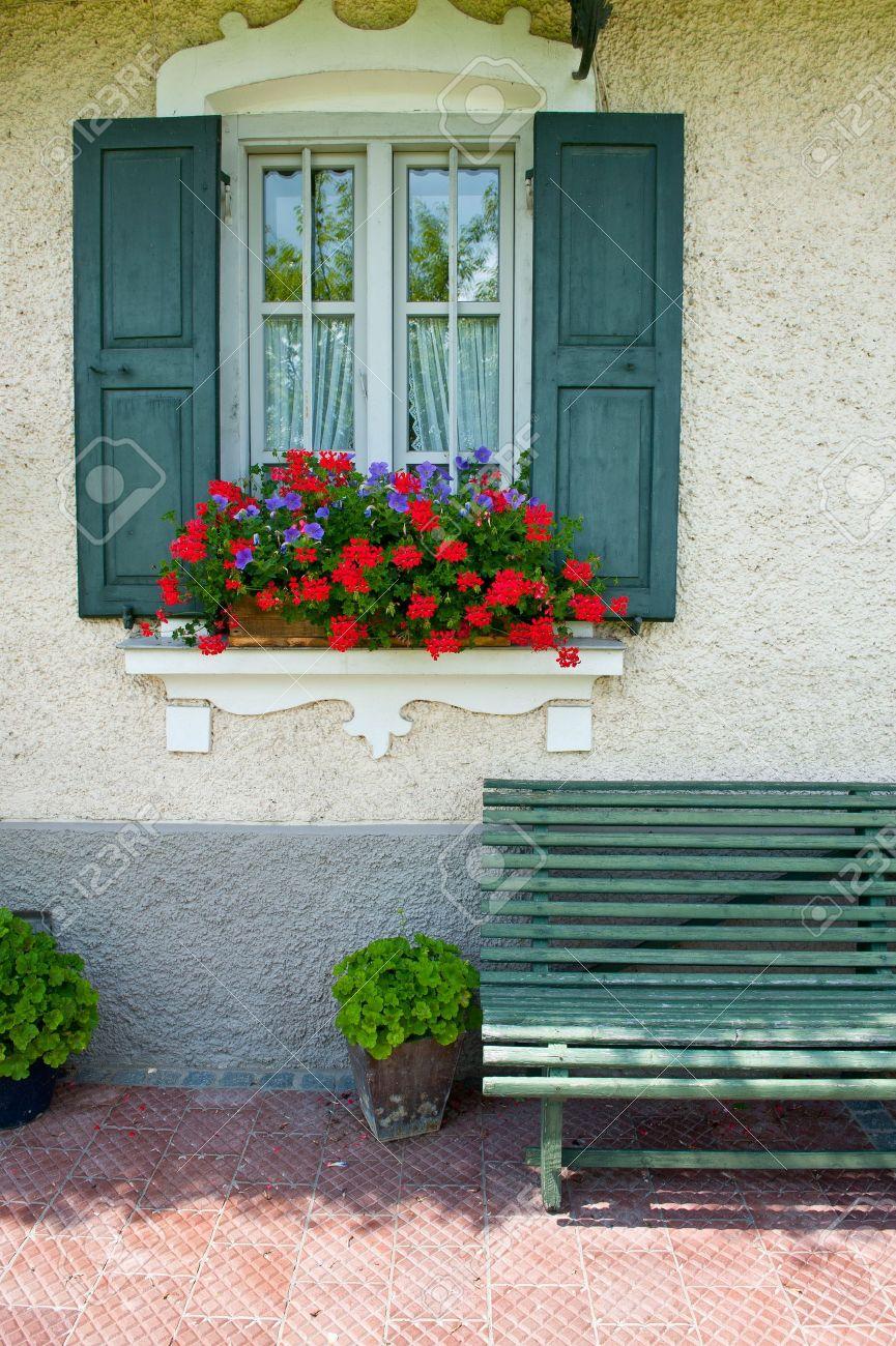 Offenes fenster holz  Typisch Bayerische Mit Offenem Fensterläden Aus Holz, Mit Frischen ...