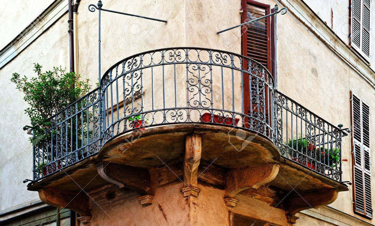 The  Facade of the Old Italian House with Balcony Stock Photo - 14333628
