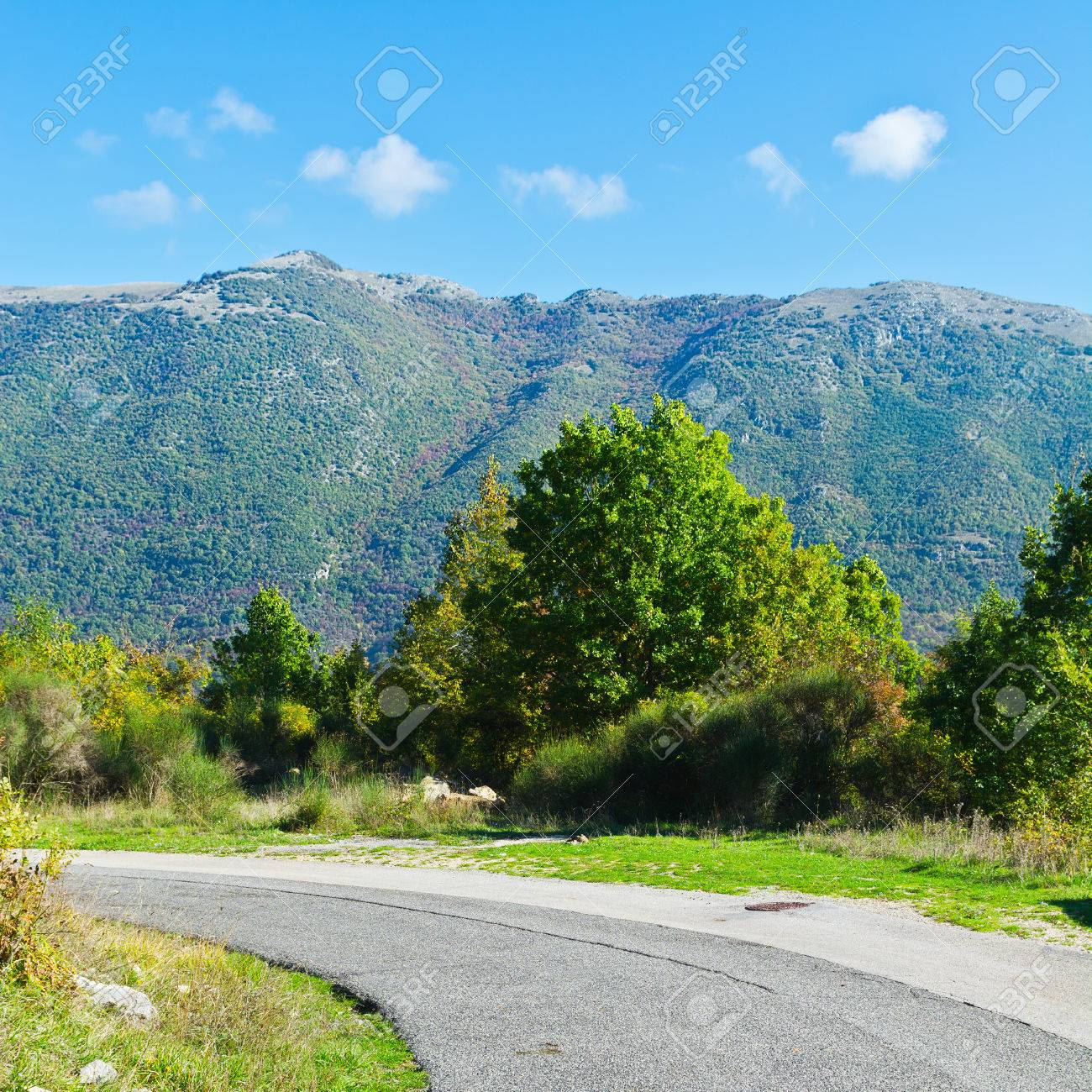 イタリアのアペニン山脈で曲がり...