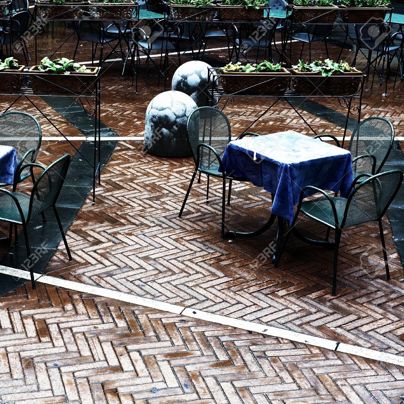 Tavoli E Sedie Stile Vintage.Immagini Stock Sedie E Tavoli In Un Caffe Di Strada Sotto La