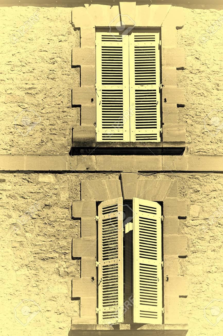 Franzosische Fenster Mit Geschlossenem Holzernem Fensterladen In Der