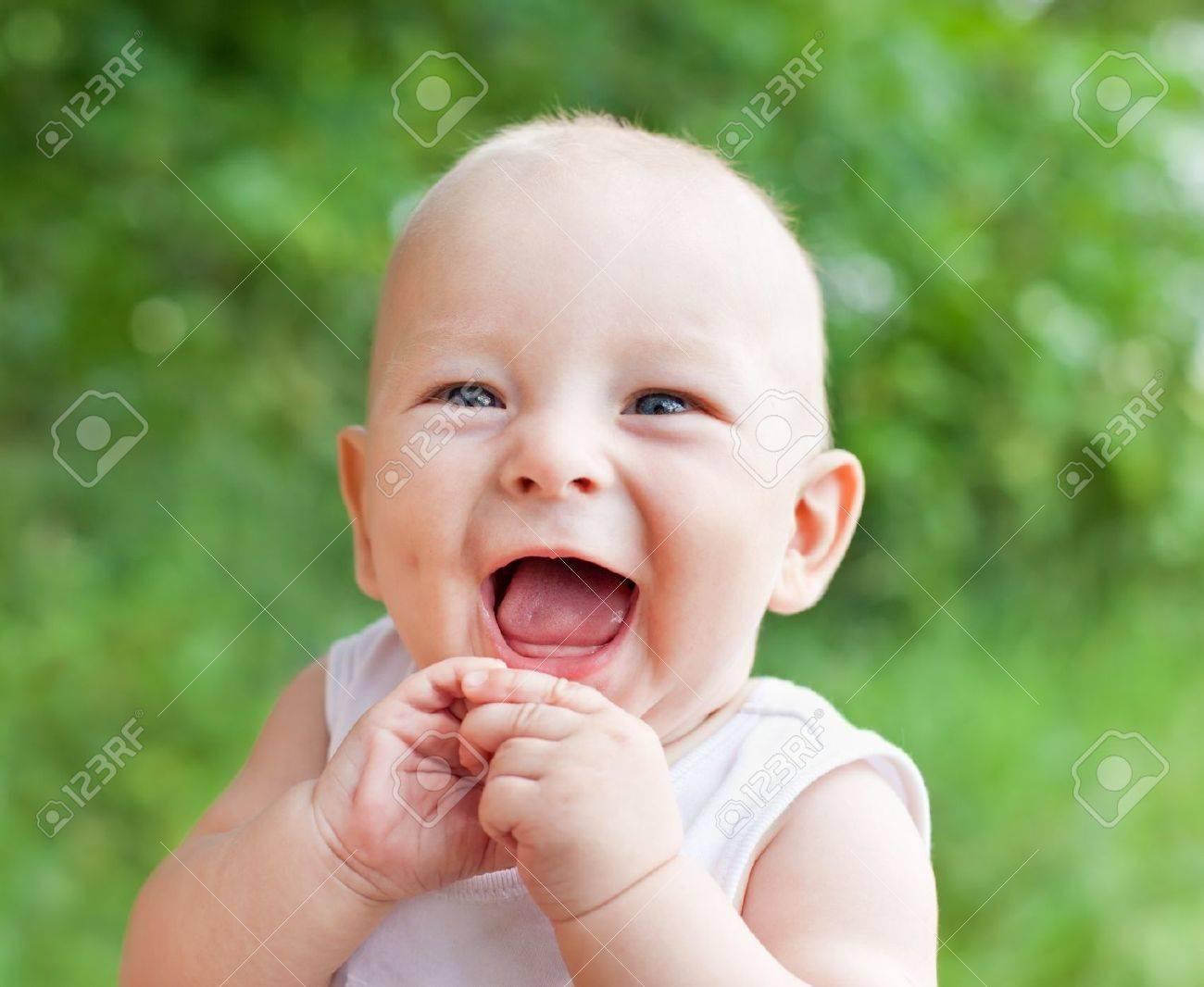 Niño feliz con regalo grande   Descargar Fotos gratis