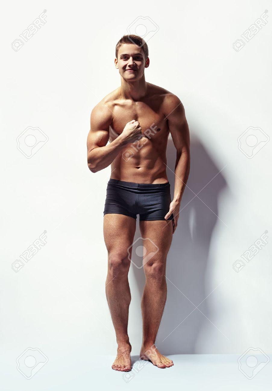 Retrato De Cuerpo Entero De Un Hombre Musculoso Sexy En Ropa ...
