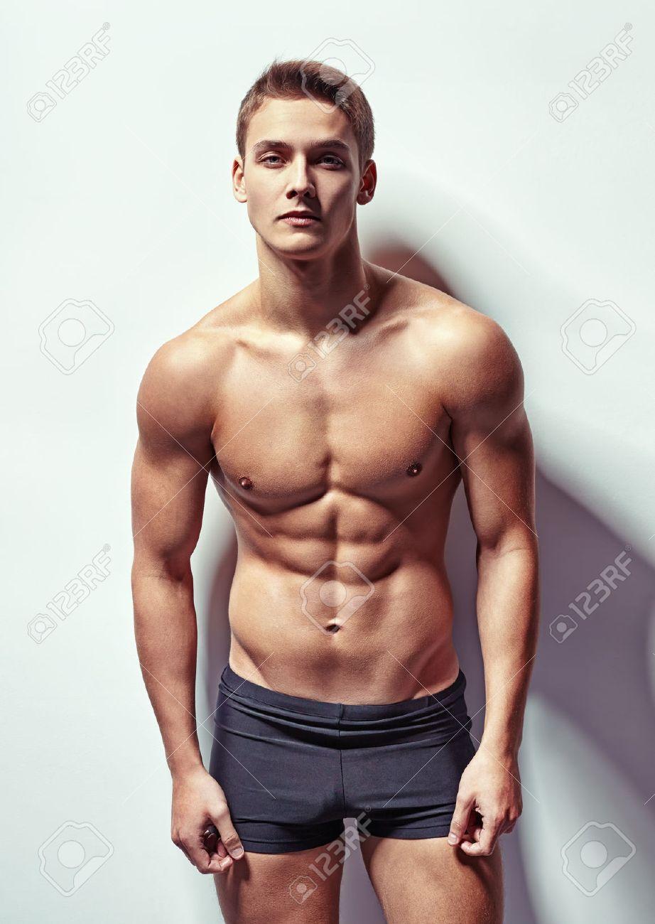 Молодой мускулистый парень