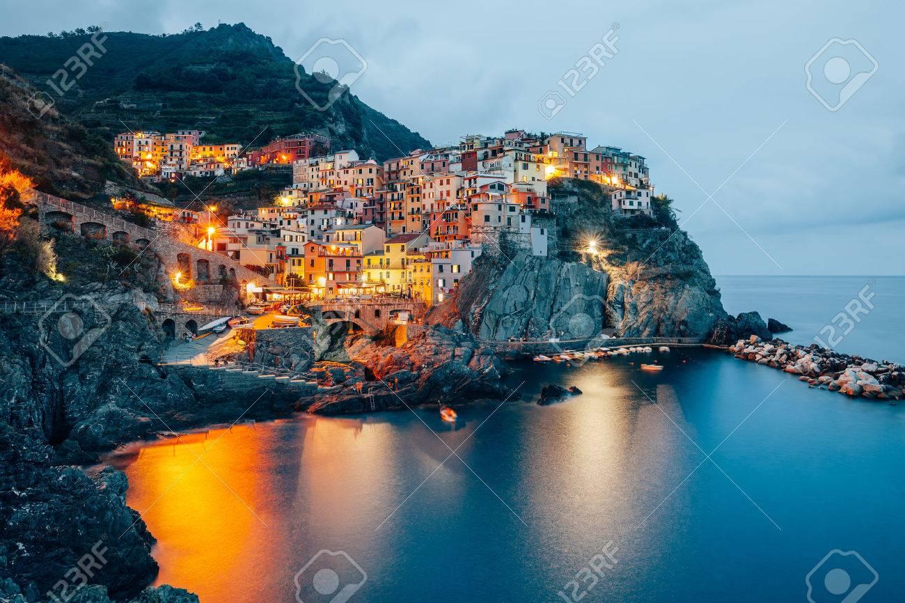 Vue Nocturne Du Village De Pecheurs Manarola Cinque Terre Italie
