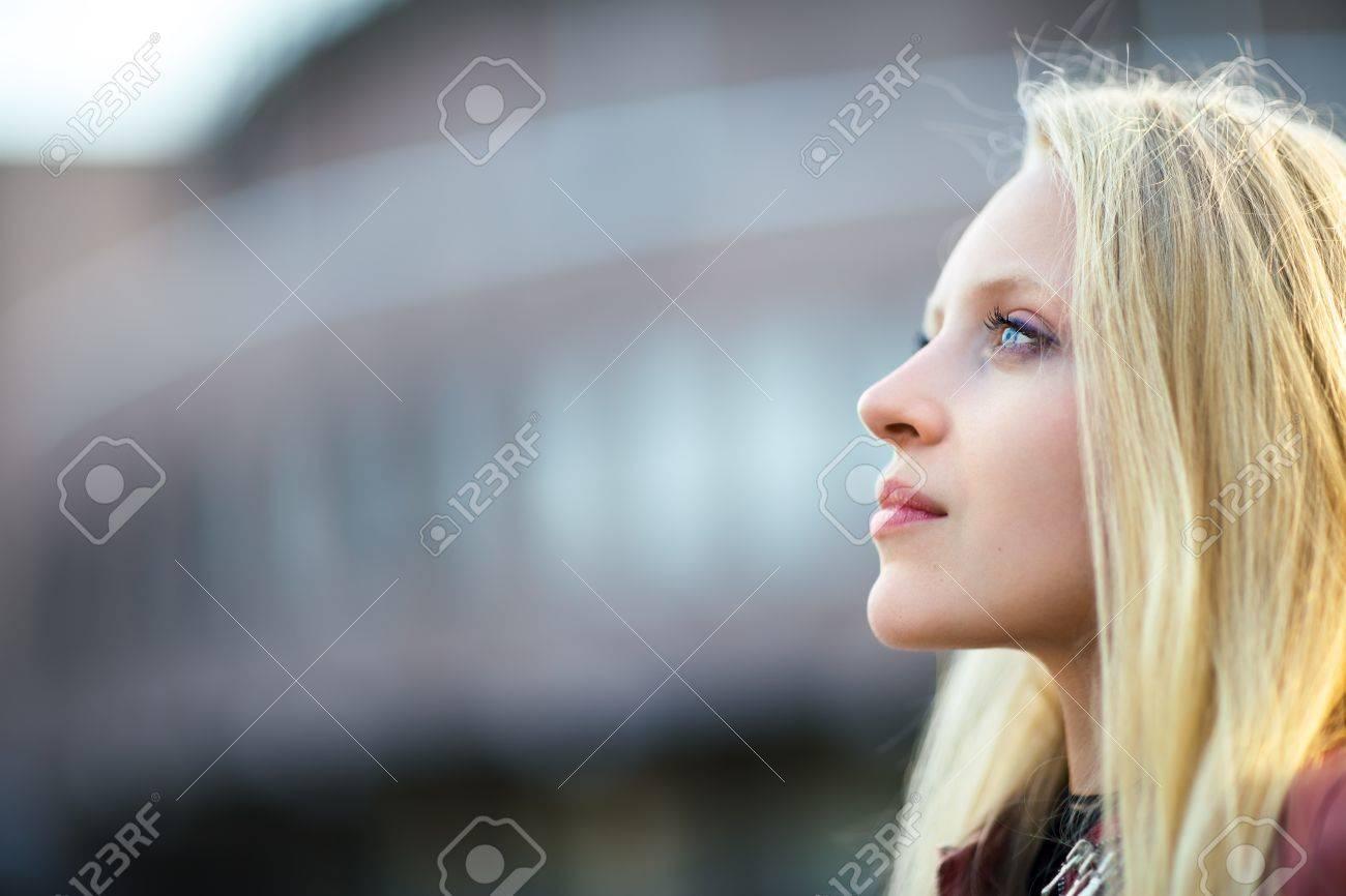 Archivio Fotografico - Ritratto di profilo di giovane bella donna bionda in  via della città sul tramonto con lo spazio della copia 41780addecb7
