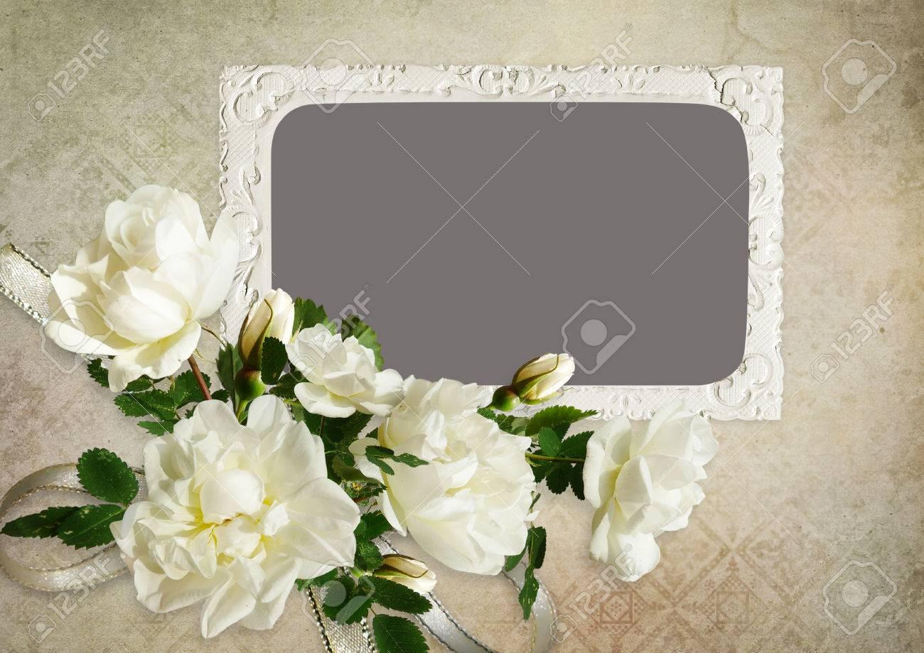Der Rahmen Und Weiße Rosen Auf Einem Vintage-Hintergrund Lizenzfreie ...