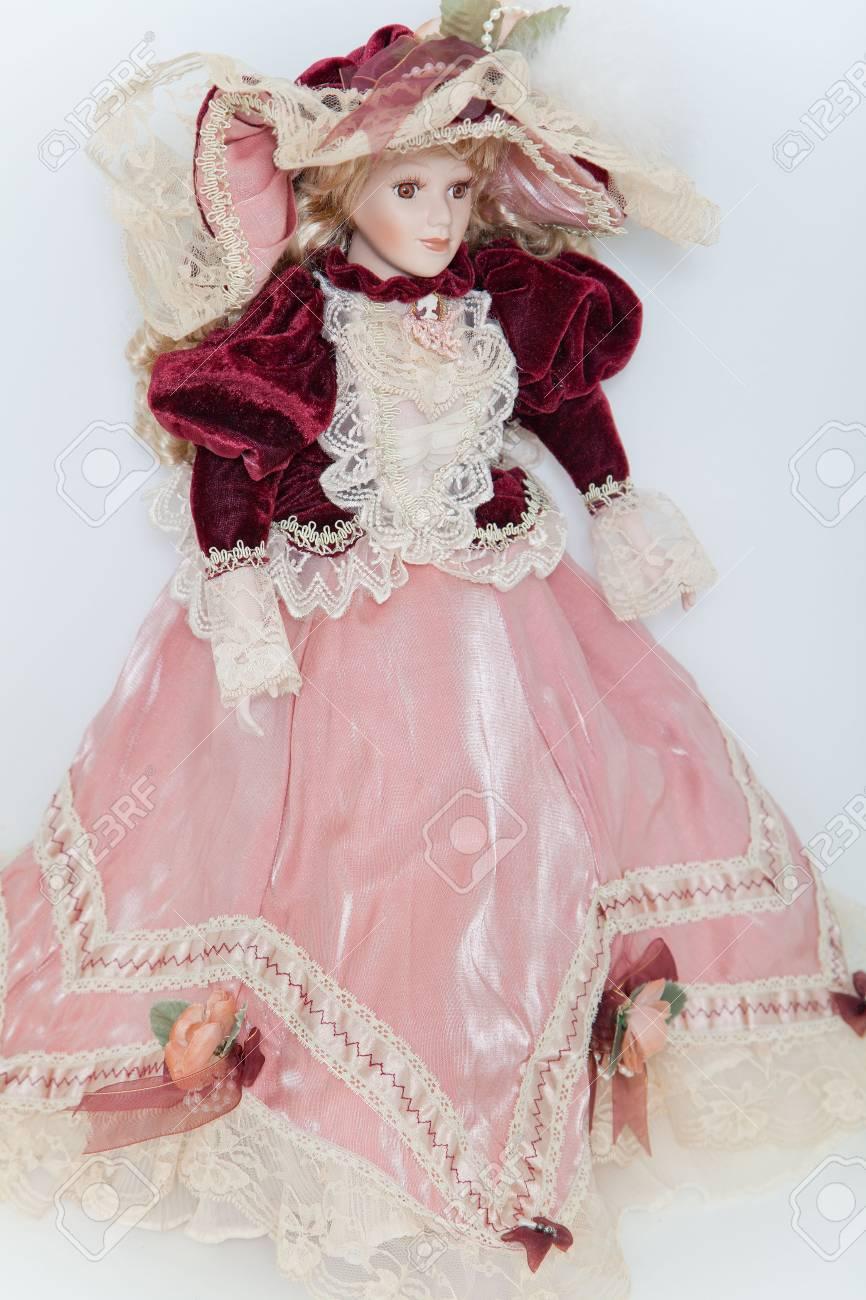 Muñeca De Dama En Vestido De Terciopelo Elegante, Con Un Sombrero ...