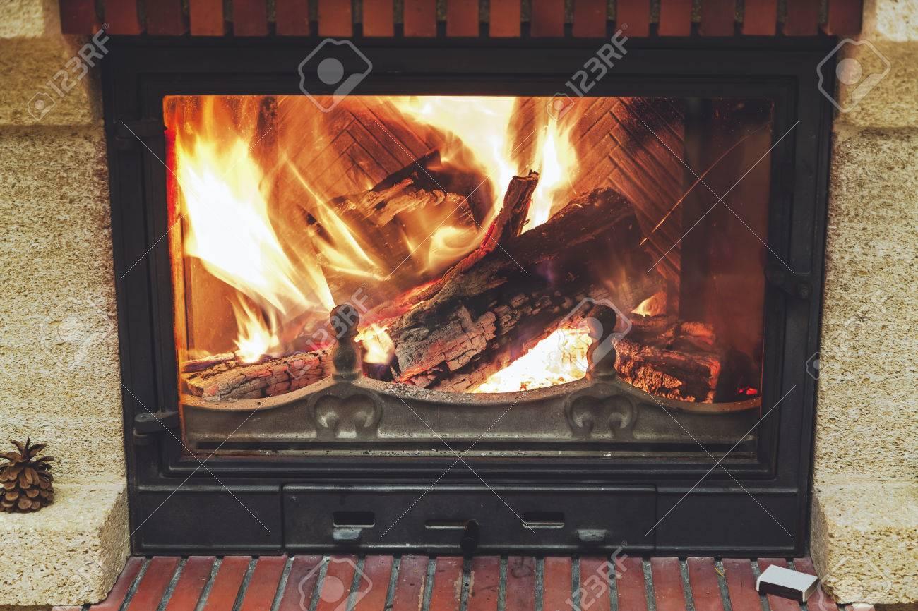 Belle Cheminee A Flamme Bois Brulant Des Flammes Lumineuses Dans Une Cheminee Moderne Avec Porte Vitree Banque D Images Et Photos Libres De Droits Image 65691111
