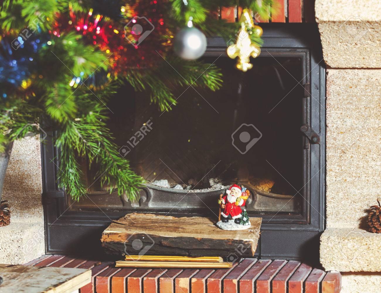 Camino Di Babbo Natale.Bel Camino Moderno Con Porta A Vetri Vicino All Albero Di Natale Ed E Troppo Pigro Per Capire Babbo Natale