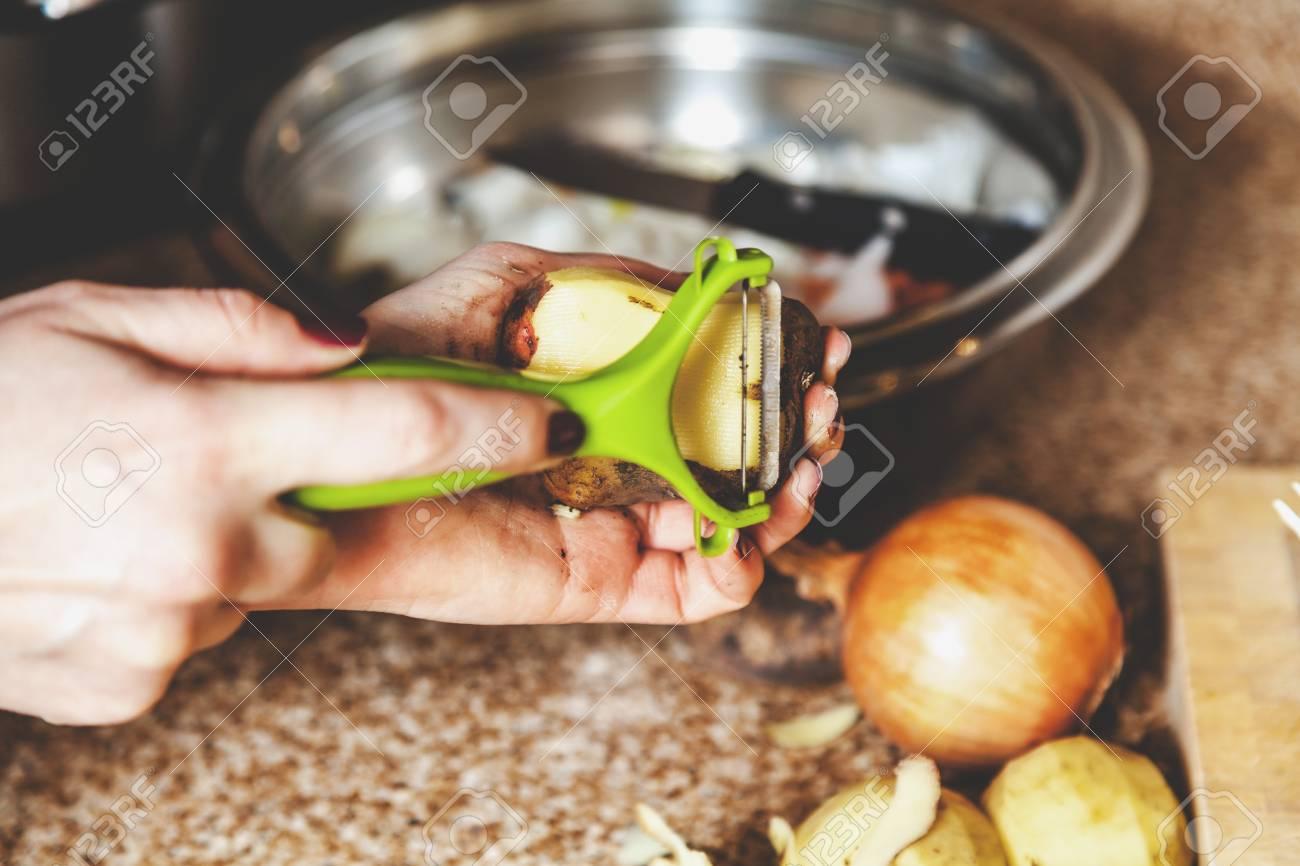 Küchenarbeit. Hände Des Chefs Sauberes Kartoffelplastikwerkzeug Mit ...