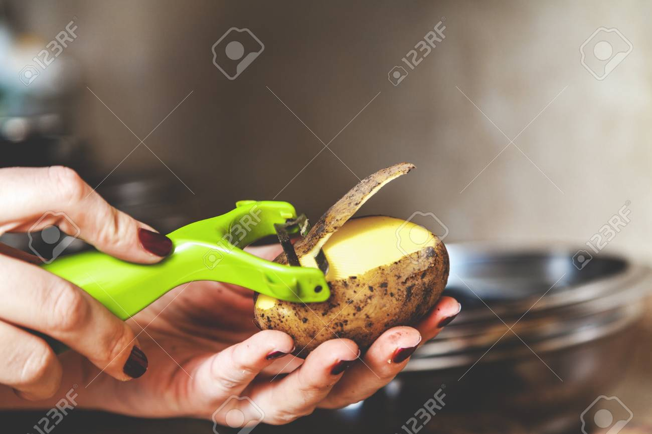 Küchenarbeit. Die Hände Einer Frau Mit Einer Maniküre Pinsel ...