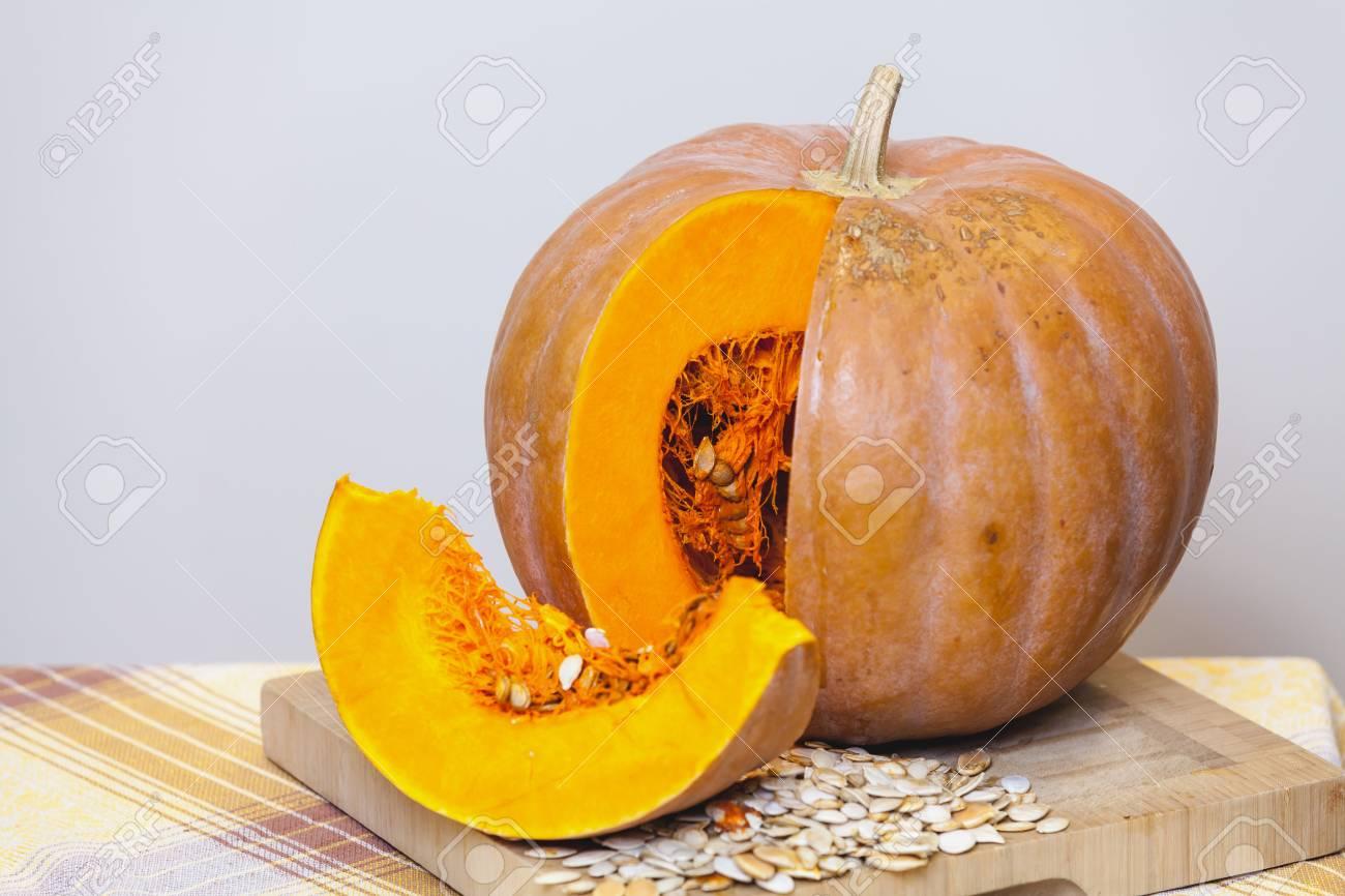 Naranja Otoño Naturaleza Muerta. Una Rebanada De Una Calabaza ...