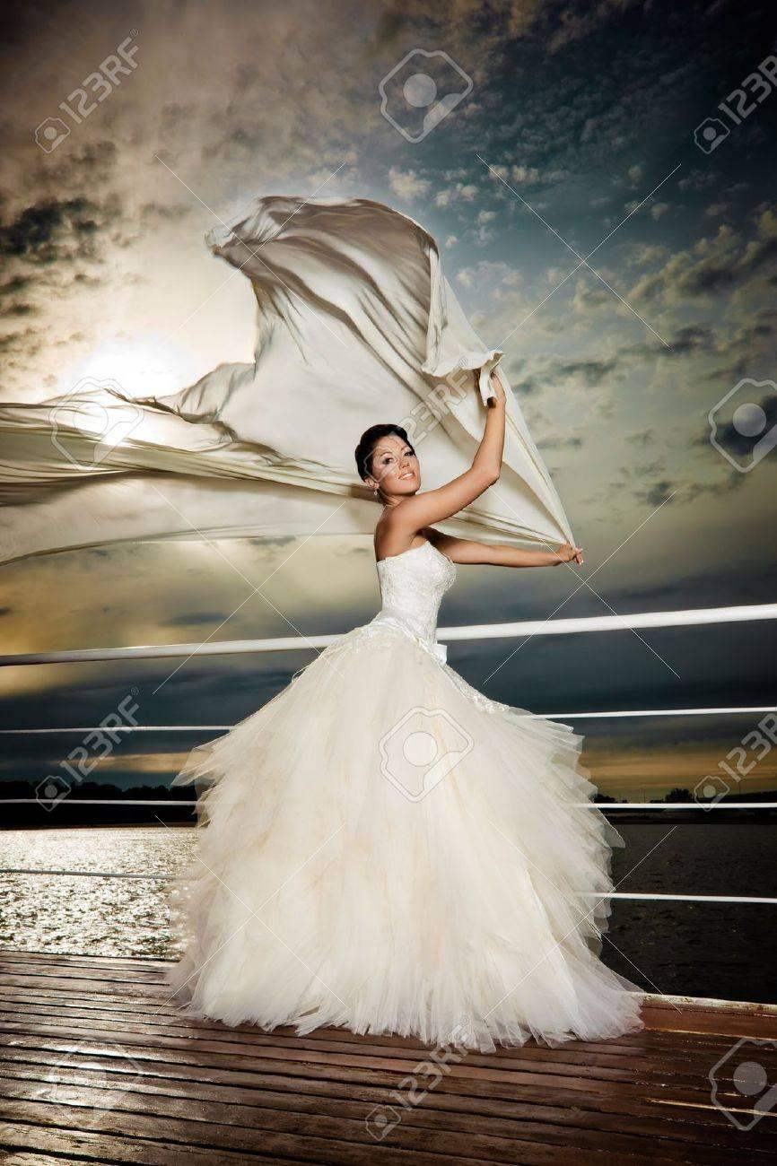 Fiancé In Den Wind. Hübsche Dame In Ein Brautkleid An Deck ...