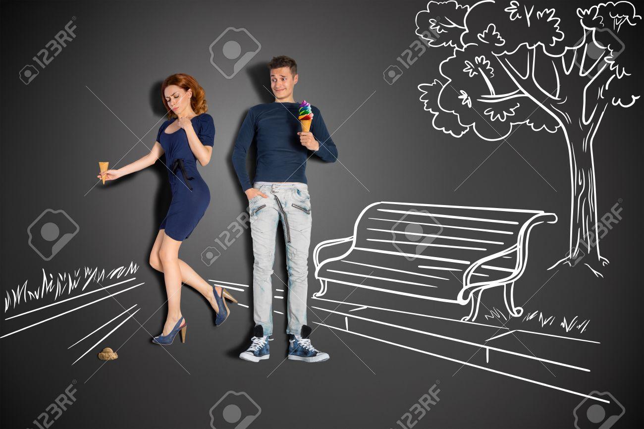 Happy valentines concepto de amor historia de una pareja romántica en el parque comiendo helado contra dibujos de tiza de fondo. Foto de archivo - 30249453