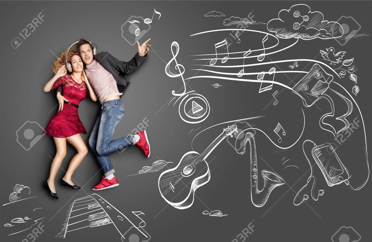 Concepto De Historia De Amor De San Valentín Feliz De Una Pareja Romántica Compartir Auriculares Y Escuchar La Música Contra Dibujos De Tiza De Fondo De Instrumentos Musicales Fotos Retratos Imágenes Y