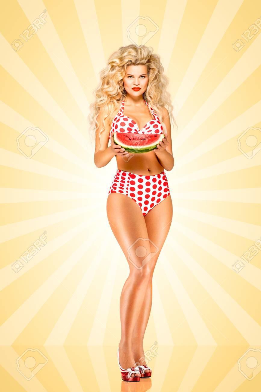19ef9909554d Bella modelo pinup bikini, con una sandía en el fondo colorido del extracto  del estilo de dibujos animados.