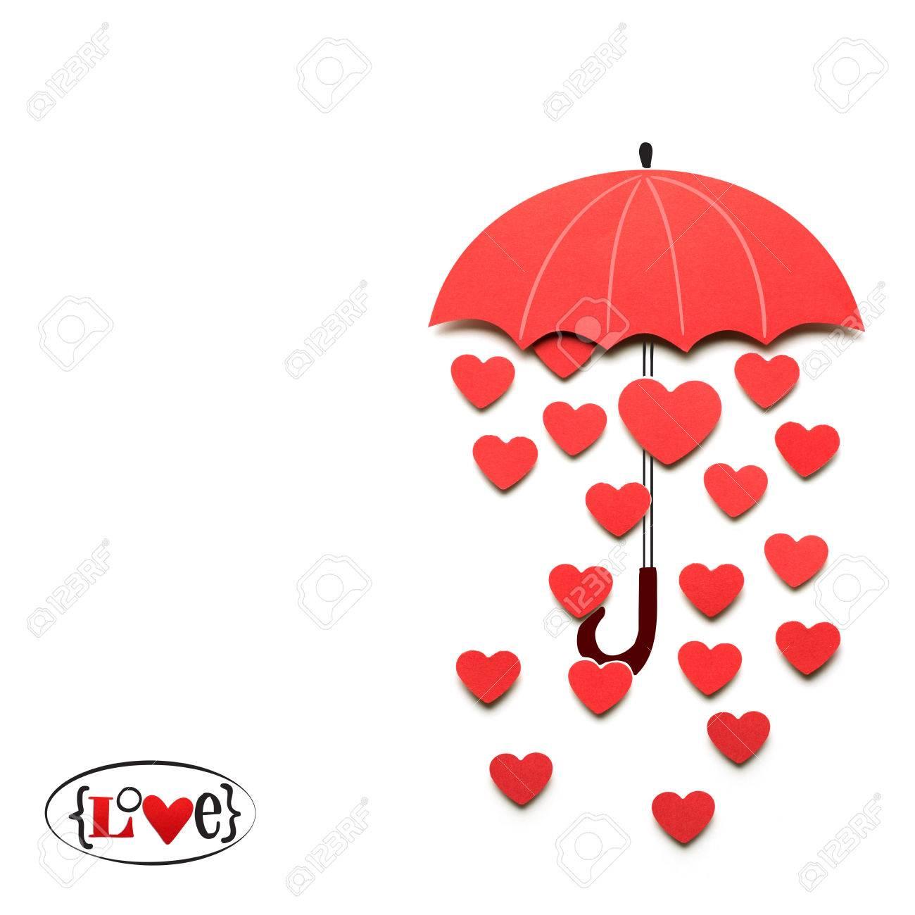 Creativo San Valentino Concetto Di Fotografia Di Ombrello Di Carta Con Il Cuore Che Piovono Giù Su Sfondo Bianco