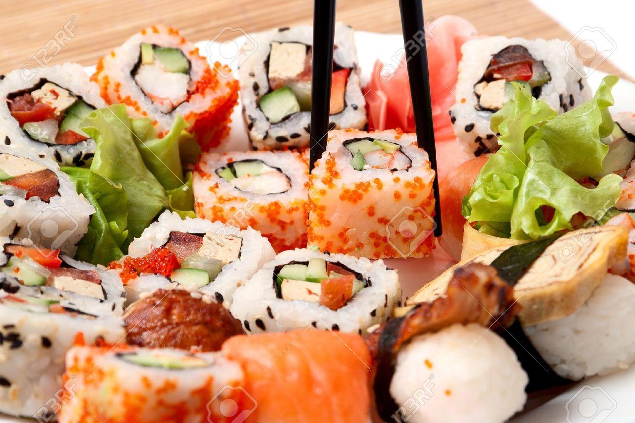 sushi tradicional comida japonesa closeup sushi japons en una servilleta de bamb sushi coleccin