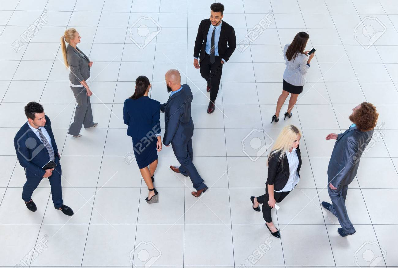 Business group personnes marcher foule busy businesspeople
